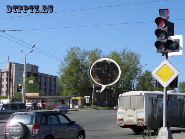 поворот на перекрестке с предписывающим знаком прямо