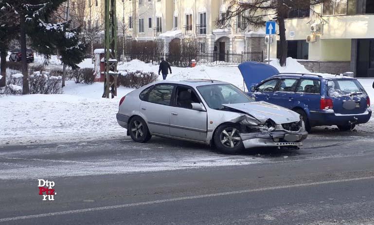 Петрозаводск, 12 января 2019 года, 12-04.   ДТП с участием легковых автомобилей Тойота (Toyota) и Фольксваген (Volkswagen) произошло на пересечении улиц Кирова и Еремеева.