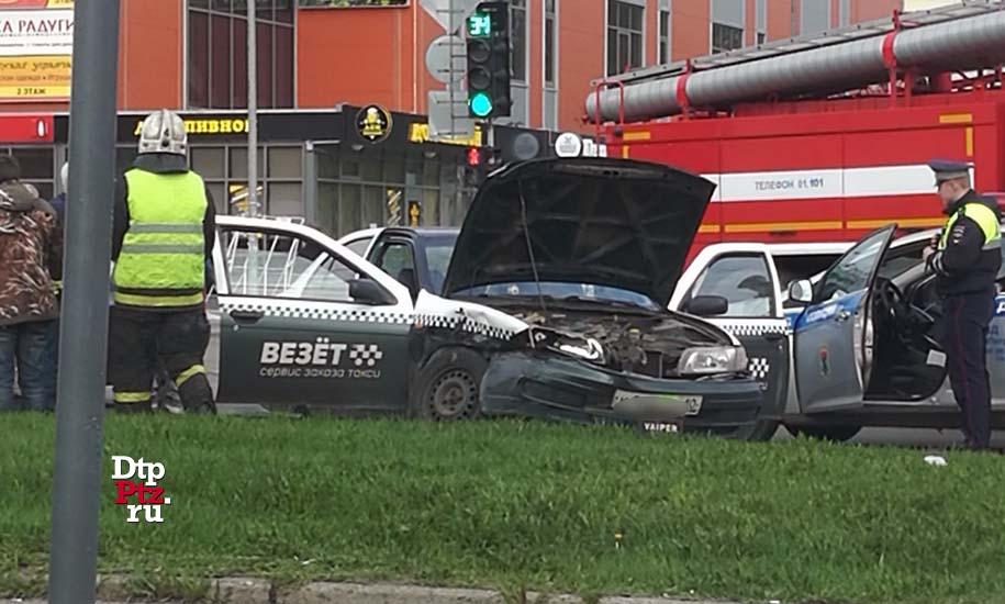 Утром на Октябрьском проспекте столкнулись два автомобиля